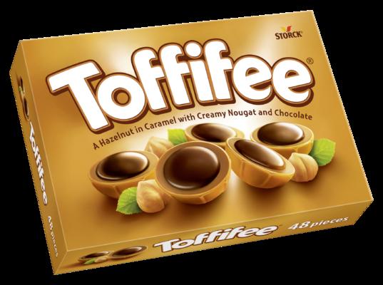 Toffifee 48 kousků - Celá jádra lískových ořechů (10 %) v karamelu (41 %) s lískoořechovým krémem (37 %) a čokoládou (12 %).
