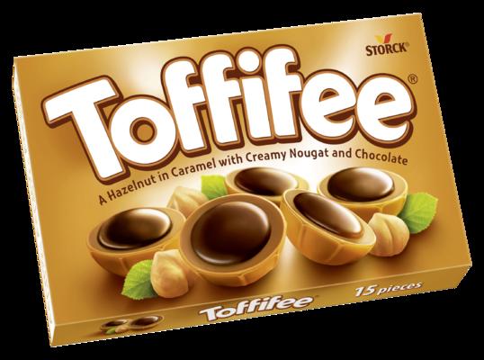 Toffifee 15 kousků - Celá jádra lískových ořechů (10 %) v karamelu (41 %) s lískoořechovým krémem (37 %) a čokoládou (12 %).